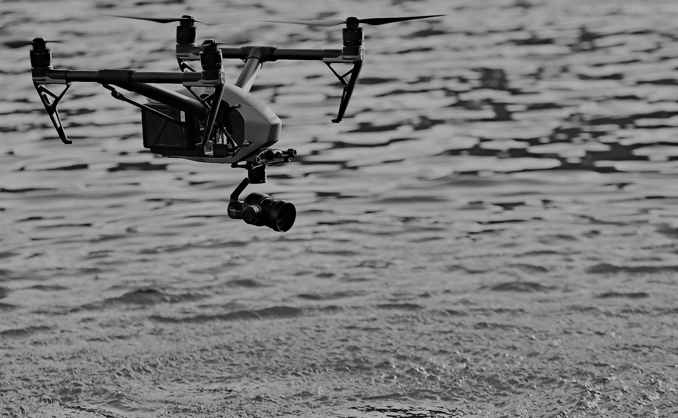 un drone dji inspire 2 vola sul mare