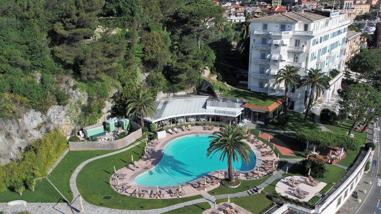 Un hotel in Liguria, ripreso dal drone