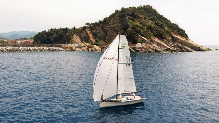 Barca a vela in regata vista dal drone