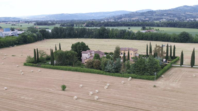 Una tenuta in Umbria vista dal drone