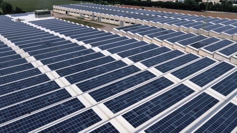 ispezione-di-un-campo-fotovoltaico-con-drone