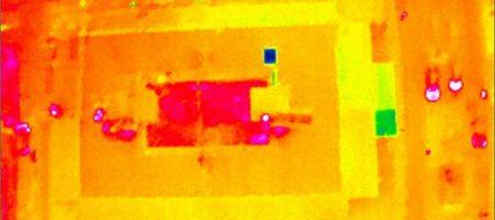 Termografia aerea di un tetto con termocamera montata sul drone